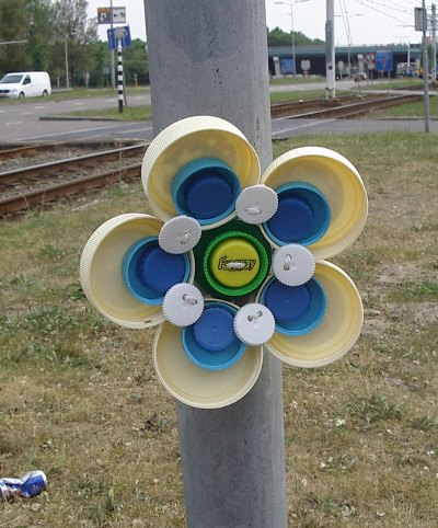 File:Plastic bottle cap flower big beige.jpg